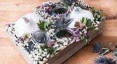 Si te encantan las flores, decora con ellas todo el año. Te traemos un centro de mesa de otoño con flores, velas y... calabazas. Una idea elegante y chic.