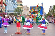 Dutch girl marionettes in the Disneyland parade