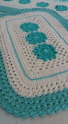 Simples e lindo 💚😍 crochenistasdobrasil crochet crochê croche instacrocheting lovecroche lovecrochet handmade decoracao… Crochet Baby Blanket Free Pattern, Crochet Bedspread, Crochet Squares, Crochet Motif, Diy Crochet, Crochet Designs, Crochet Stitches, Crochet Rugs, Crochet Patterns