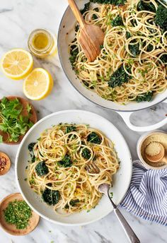 Learn how to make spaghetti aglio e olio in 20 minutes! This delicious Italian pasta features simple ingredients like garlic, olive oil, red pepper flakes, and parsley, but it's packed with bold flavor. Aglio E Olio Recipe, Pasta Aglio E Olio, Kale Recipes, Easy Pasta Recipes, Cabbage Recipes, Vegan Recipes, Easy Baked Ziti, Sandwiches, Al Dente