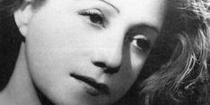 Consuelo, née Suncín-Sandoval, est une artiste et peintre salvadorienne. Elle rencontre Antoine de Saint-Exupéry en 1930 à Paris. C'est le coup de foudre. Ils se marient dès l'année suivante. Mais Saint-Exupéry est engagé dans l'aéropostale, expérience relatée dans Vol de Nuit, et doit très souvent s'absenter de leur domicile new-yorkais. Alors Consuelo lui écrit, nuit et jour, pour que son aviateur de mari la lise une fois de retour sur la terre ferme. Compagne attentive de l'écrivain, dista... History Books, Inspiring Women, Portrait, Vintage, Lightning, July 31, Artist, Dating, Farm Gate