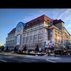 Kaufhaus des Westens (KaDeWe) in Berlin, Berlin ראש הרשימה המפוארת ניצב בית הכלבו הוותיק kadewe, על כל ששת קומותיו, העמוסות במיטב המותגים המובילים מכל תחום שתעלו בדעתכם. בקומה העליונה תחכה לכם הפתעה, בדמות מתחם האוכל הענק, בעל תקרת הזכוכית והצמחייה התלויה מן האוויר - תרגישו איך זה לאכל בתוך חממה ירוקה, רק בלי החום והלחות... בית כלבו מרשים זה, קיים כבר למעלה מ-100(!) שנים והוא גם השני בגודלו באירופה