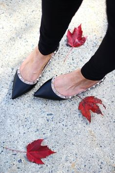 Selected pins for surpriseing shoes for women, covering heels that are high flat shoes, casual shoes, sneakers, and any other kind of stunning shoes. Valentino Rockstud Flats, Rockstud Shoes, Valentino Shoes, Valentino Rossi, Valentino Perfume, Sneakers Fashion, Fashion Shoes, Sneakers Women, Fashion Clothes