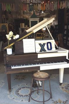 Black and white Annie Sloan chalk paint piano!