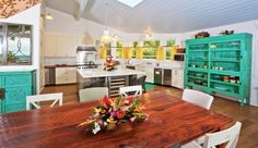 Hawaii - Banana Beach House: Cheerful and spacious, the kitchen is well equipped for entertaining.