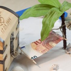 Hängematte - Faltanleitung Original DIY, if you want to give away money for the honeymoon. Diy Wedding, Wedding Gifts, Wedding Ideas, Money Bouquet, Folding Money, Free Gift Cards, Groomsman Gifts, Diy Paper, Diy Art