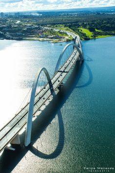 Die Juscelino-Kubitschek-Brücke, auch JK Brücke genannt, ist eine Brücke über den Paranoá-See im Süden der brasilianischen Hauptstadt Brasília.: