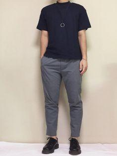 """""""ネイビー×グレー"""" シンプルな色の組み合わせにアクセサリーを二点投入。 ハイネックのTシャツでち"""