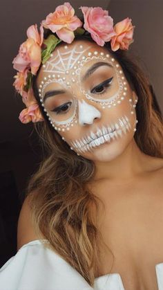 Day Of The Dead Catrina Makeup Inspiration Day of the Dead face paint is inspired by La Catrina, a character created by Mexican artist José Guadalupe Posada. Halloween Makeup Sugar Skull, Cute Halloween Makeup, Sugar Skull Makeup, Theme Halloween, Halloween Looks, Halloween Kostüm, Diy Halloween Costumes, Skeleton Costumes, Vintage Halloween