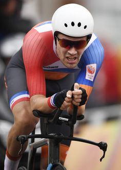 Tom Dumoulin crosses the finish line to take silver in the Men's ITT Rio 2016 Olympic Games 2016 / AFP