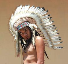 Réplique de la coiffe indien, inspiré de warbonnet chef amérindien Fait à la main avec des plumes, tissu daim et perles plume sont de couleur noir et blanc La coiffure a 50 plumes Tour de chapeau 59 cm environ, 23,2 pouces environ Bande: Les motifs géométriques de la bande décorative Feather Headdress, Feather Hat, War Bonnet, Native American Fashion, Suede Fabric, Black And White Colour, Indian, Geometric Patterns, Medium