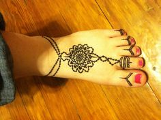 Henna on the foot with toe ring