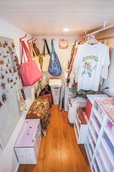 New bedroom wardrobe small spaces tiny house 33 Ideas Tiny House Closet, Tiny House Storage, Tiny House Living, Small Room Design, Tiny House Design, Tiny House Plans, Tiny House On Wheels, Small Closets, Dream Closets