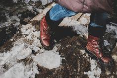 Crushing ice - Aider le printemps en cassant de la glace... quel plaisir! Sur la promenade à North Hatley QC.  Helping spring by crushing ice away... childish fun! On the promenade in North Hatley QC.