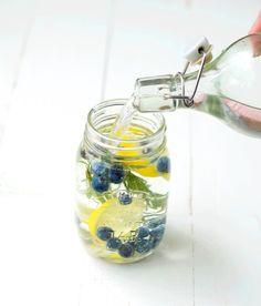 In de zomer drink ik het liefste alleen maar water. Soms stop ik daar nog wel een citroen- of limoenschijfje in, maar daar bleef het wel bij. Heel erg zonde, want je kunt zoveel meer met water! Maak er 'infused water' van! Het ziet er niet alleen heel veel leuker uit, het water krijgt een subtiel zoet smaakje én werkt ook nog reinigend voor je lichaam! Leuk voor een feestje of gewoon voor jezelf!