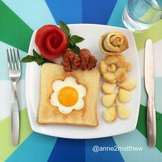 Mother creates works of art on children's breakfast plate Cute Snacks, Cute Food, Good Food, Funny Food, Breakfast Plate, Breakfast For Kids, Breakfast Ideas, Food Design, Food Decoration