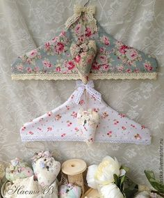 Perchas con fundas - Shabby Chic clothes hangers - - Perchas con fundas – Shabby Chic clothes hangers Source by brittaehling Fabric Crafts, Sewing Crafts, Sewing Projects, Decoration Shabby, Shaby Chic, Shabby Chic Crafts, Creation Couture, Love Sewing, Shabby Vintage
