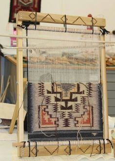 Telar Weaving Loom Diy, Weaving Tools, Weaving Projects, Weaving Art, Hand Weaving, Navajo Weaving, Navajo Rugs, Weaving Textiles, Weaving Patterns