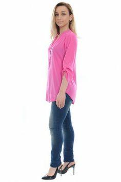 O camasa de dama practica si versatila dintr-un material mat si fin, de culoare roz electric. Se inchide in fata cu trei nasturi mici. Are un guler stil tunica si decolteu. Manecile se prind cu nasturi. Cu aceasta camasa se pot aborda tinute office sau casual/chic.