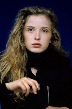 A very young Julie Delpy Julie Delpy, Bare Beauty, Timeless Beauty, Hollywood Actor, Hollywood Stars, Divas, Cigarette Aesthetic, Star Francaise, Women Smoking