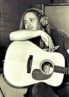 Rare photo of Ronnie Van Zant of Lynyrd Skynyrd leaning on his acoustic guitar Good Music, My Music, Gary Rossington, Allen Collins, Ronnie Van Zant, Greatest Rock Bands, Lynyrd Skynyrd, Rock Legends, Music Photo