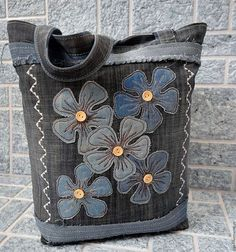 This is gorgeous- original upcycled denim bag Denim Bag Patterns, Sewing Patterns Free, Blog Couture, Denim Purse, Denim Crafts, Recycle Jeans, Recycled Denim, Patchwork Bags, Sewing Hacks
