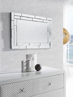 También podéis crear composiciones de diversos espejos en la misma pared, jugando con distintas formas y tamaños, pero no os olvidéis de agruparlos de una forma armónica y visualmente agradable.