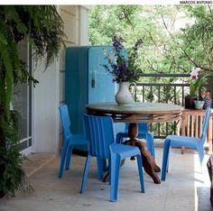 A geladeira azul que já não funcionava mais ganhou papel de destaque na varanda da artista plástica Dedéia Meirelles. Hoje a peça é aproveitada para guardar livros.