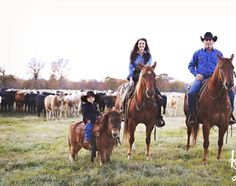 Family picture complete with their horses and pony. Country Family Photos, Country Couple Pictures, Country Couples, Cowboy Family Pictures, Western Baby Pictures, Western Photography, Horse Photography, Cute Family, Family Goals