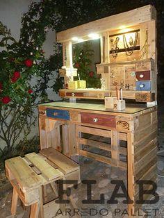 Letti in Pallet - FLAB Arredo Pallet | Arredamento in pallet per la casa Pallette Furniture, Pallet Furniture Designs, Wooden Pallet Projects, Pallet Designs, Home Furniture, Rustic Makeup Vanity, Rustic Vanity, Wooden Vanity, Diy Makeup Vanity