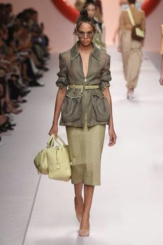 Fendi Spring 2019 Ready-to-Wear Fashion Show The complete Fendi Spring 2019 Ready-to-Wear fashion show now on Vogue Runway. Fendi Spring 2019 Ready-to-Wear Collection - Vogue Women's Summer Fashion, Look Fashion, New Fashion, Trendy Fashion, Runway Fashion, Fashion Art, Fashion Show, Autumn Fashion, Womens Fashion