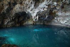 """Caverna de los Tres Ojos - Republica Dominicana. """"La dama del lago"""" o """"El Lago de las Damas"""". Este lago contiene carbonato de calcio y sólo 5 pies de profundidad. Hay estalactitas y estalagmitas."""