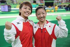 体操女子個人総合決勝を終え、笑顔でポーズをとる村上茉愛(左)と寺本明日香=リオデジャネイロリオ五輪アリーナで2016年8月11日、小川昌宏撮影