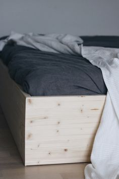 Minimalisitisches skandinavisches Familienbett selbst bauen. Bauplan Familienbett einfach selbst gemacht. Bodenmatratze von eve als Familienbett