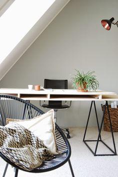 hermit+house,+studeerkamer+065.JPG (1071×1600)  Het stoeltje is een buitenstoeltje van Karwei. Zit heerlijk! Het is een replica van de Acapulco. De bureaustoel kocht ik voor weinig via Marktplaats. De kleur op de muur is van Karwei; Le Noir & Blanc muurverf extra mat pale jade green. Zeer prettige verf! De mand is van Leen Bakker. De lamp was een oud, vergeeld ding wat we op een rommelmarkt kochten. Een mooi matte zwart erop gespoten en de binnenkant met koper. Voila!