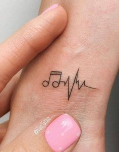 Erste Tattoo-Platzierung am Handgelenk: 42 Tiny Hand Wrist Tattoo-Ideen für die… First Tattoo Placement on the Wrist: 42 Tiny Hand Wrist Tattoo Ideas for the Wife – Page 34 of 42 – Tattoo & Body Painting – Tiny Tattoos For Girls, Wrist Tattoos For Women, Cool Small Tattoos, Small Wrist Tattoos, Small Tattoo Designs, Tattoo Designs For Women, Tattoos For Women Small, Awesome Tattoos, Hand Tattoo Small