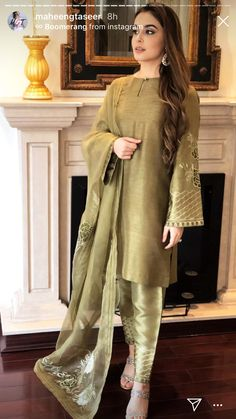 Designer Party Wear Dresses, Kurti Designs Party Wear, Indian Designer Outfits, Stylish Dresses For Girls, Stylish Dress Designs, Simple Dresses, Simple Pakistani Dresses, Pakistani Dress Design, Pakistani Fashion Party Wear