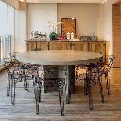 mesa redonda na sala de jantar + cadeiras aramadas