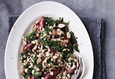 Salat er perfekt som tilbehør til sommerens grillmad, men en salat kan også sagtens spises til frokost eller middag. Se 5 bud på fantastiske salater til sommeren.