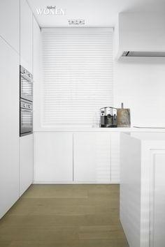 Stijlvol Wonen: het magazine voor warm-hedendaags wonen - ontwerp: Oscar V - fotografie: Sarah Van Hove #blackwhite #keuken #wit #minimalistisch #styling