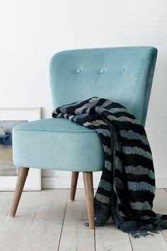 Nojatuoli, jonka päällinen pehmeää polyesteriplyysiä. Napit selkänojassa. Jalat massiivipuuta ja täyte vaahtomuovia. Korkeus 85 cm. Syvyys 66 cm. Leveys 62 cm. Istuinkorkeus 45 cm. Istuinsyvyys 47 cm. Toimitetaan osina. <br><br>