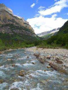 Río Arazas, murallas de Fraucata con el Circo de Soaso al fondo