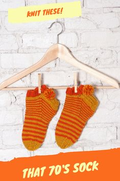 Get your retro-look on with these pompom slipper socks. They're fun to cozy to wear, and make great Get the That Sock knitting pattern by today! Loom Knitting, Knitting Stitches, Knitting Socks, Knitting Patterns, Knit Socks, Pom Pom Slippers, Knitted Slippers, Slipper Socks, Sock Recipe