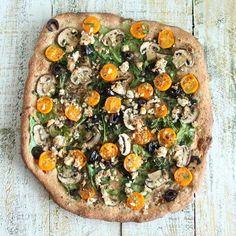 pizza végétalienne au feta végétale, tomates cerise et champignons