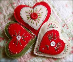 Felt Christmas: Valentine's day or Christmas felt hearts Felt Christmas Decorations, Felt Christmas Ornaments, Noel Christmas, Handmade Christmas, Felt Embroidery, Felt Applique, Embroidery Hearts, Valentine Crafts, Christmas Crafts