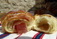 Cornuri pufoase si foietate cu branza, cu gem sau cu rahat | Savori Urbane Apple Pie, Pizza, Breakfast, Sweet, Unt, Desserts, Food, Hair, Romanian Recipes