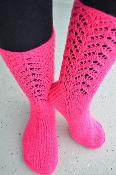 Hennin Höpötyksiä: Vadelmaiset sukkaset Hennin, Silly Socks, Knitting Socks, Knit Socks, Mittens, Knit Crochet, Colours, My Love, Pattern