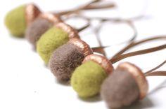 Deko-Objekte - 6 Eicheln Filz Anhänger Filzeicheln kupfer taupe - ein Designerstück von FILZFORM bei DaWanda