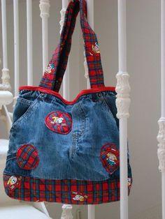 Un des nombreux sacs créés à partir de vieux jeans / One of many bags I made from upcycled jeans