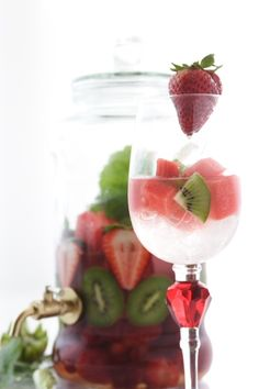Strawberry Kiwi Watermelon Fusion  2 cups watermelon cubed 2 kiwi sliced 8 to 10 strawberries cut in half 3 to 4 cups of ice 3 to 4 cups of cold water